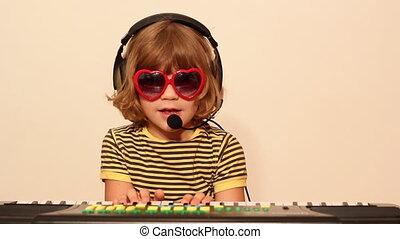 jouer musique, petite fille