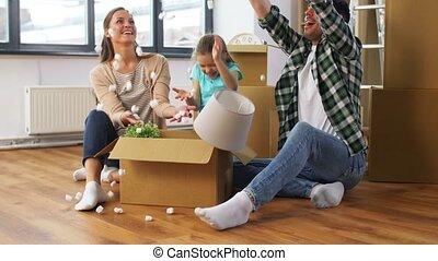 jouer, nouveau, mousse, famille, cacahuètes, maison heureuse