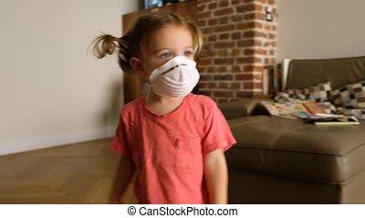 jouer, petite fille, maison, masque