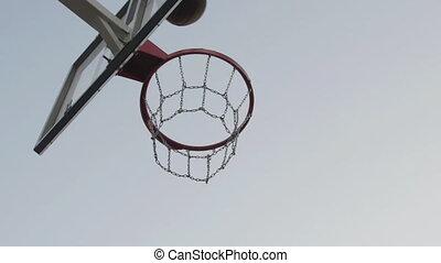 jouer, projectile mouvement, court., lent, exercisme, dunk., joueur, claquement, confection, dehors, caucasien, local, basket-ball, formation, goal.