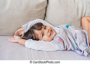 jouer, salle, peu, mignon, elle, vivant, sofa, girl