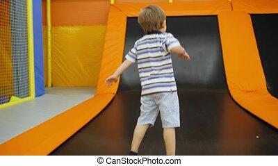 jouer, vidéo, sauter, vieux, rire, 4k, garçon, trampolines,...