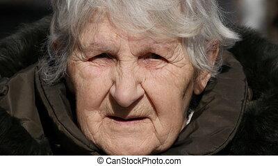 joues, regarder, femme, jeune, grand-mère, adulte, appareil-photo., grand-maman, baisers, fille souriant