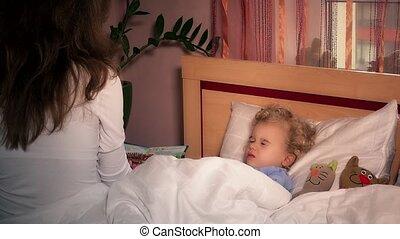 jouet, mère, lit, livre, chats, écoute, enfant, lecture fille, enfantqui commence à marcher