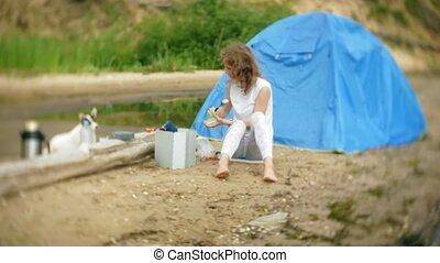 joueur boules, camping, nourriture, cuisine, chien, arrière-plan., promenades, femmes, côté, tente