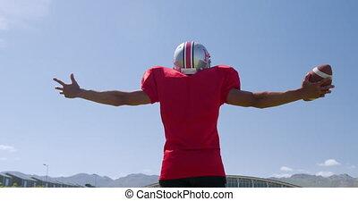 joueur football américain, élevé, debout, bras
