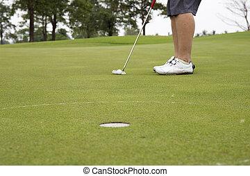 joueur golf, mettre, balle, dans, trou