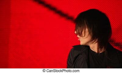joueur guitare, arrière-plan rouge