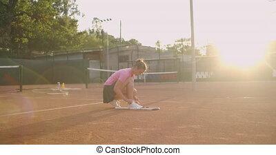 joueur tennis, tribunal, lacets, femme, elle, attachement