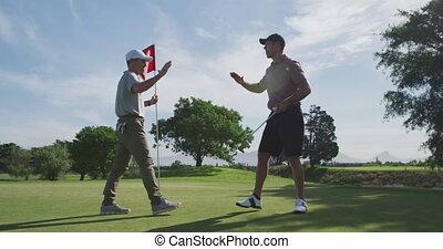 joueurs golf, dehors, bas, balle, mâle, atteindre, trou, ...