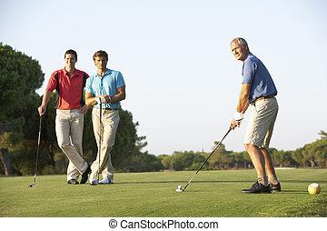 joueurs golf, groupe, cours, piquer loin, mâle, golf