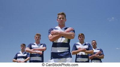 joueurs, rugby, traversé, debout, bras