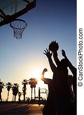 joueurs, silhouettes, basket-ball, coucher soleil