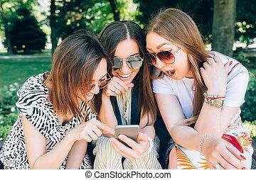 jouir de, été, clair, amusement, portrait, mieux, filles, trois, jour, gentil, porter, image, ensoleillé, parc, sunglasses., téléphone., amis, jour, femmes, style de vie, mobile, prendre, multiracial, joy., heureux, avoir