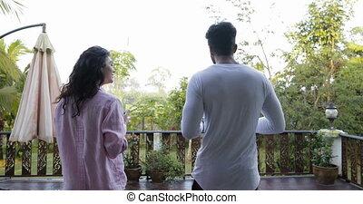 jouir de, été, femme mange, heureux, sain, couple, flocons avoine, promenade, nourriture, terrasse, tenue, dehors, plaques, homme, petit déjeuner