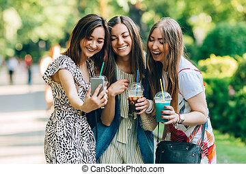 jouir de, été, jewess, portrait, asiatique, amusement, mieux, lifestyle., filles, day., jour, tenue, caucasian., heureux, ensoleillé, parc, amis, femmes, style de vie, milkshakes., multiracial, joy., gentil, avoir, lunettes