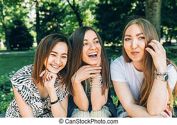 jouir de, été, lifestyle., style de vie, multiracial, parc, ensoleillé, jewess, filles, day., joy., gentil, portrait, caucasian., amusement, asiatique, femmes, amis, avoir, mieux, heureux