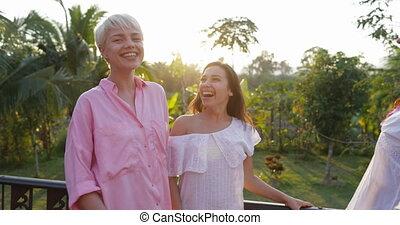 jouir de, été, paysage, groupe, communiquer, jeune, gai, conversation, terrasse, dehors, girl, femmes, sourire heureux