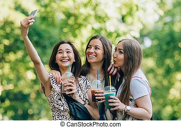 jouir de, amusement été, portrait, mieux, filles, trois, jour, tenue, gentil, image, ensoleillé, parc, téléphone., amis, jour, femmes, style de vie, mobile, milkshakes., prendre, multiracial, joy., heureux, avoir, lunettes