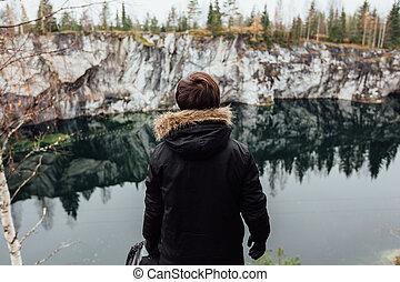 jouir de, beau, bon, autour de, lac, karelia., temps, rocks., vue, hilltopl, homme