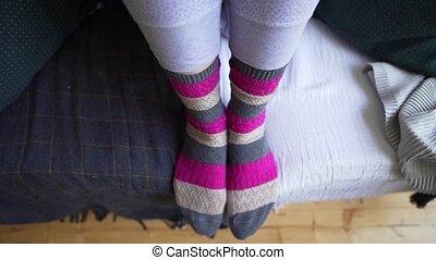 jouir de, brown-pink, philosophie, sofa, jambes, chaussettes, capacité, simple, minimalisme, choses, confortable, chaud, vie, tricoté, blanket., gros plan, femme, lagom
