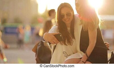 jouir de, doux, touriste, happy., filles, selfie, light., jeune, week-end, coucher soleil, fond, dehors, confection, sourire, amis, caucasien
