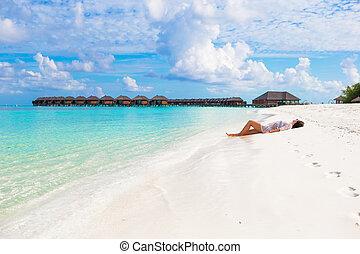 jouir de, femme, mince, jeune, vacances, plage tropicale