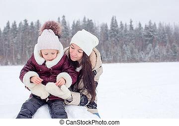 jouir de, hiver, famille, neigeux, maman, gosse, jour, heureux