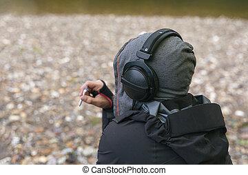 jouir de, liberté, hipster, écoute, fumer, concept, plage., homme, jeune, délassant, musique, cigarette