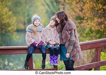 jouir de, peu, famille, filles, parc, trois, automne, chaud, mère, outdoors., adorable, jour