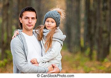 jouir de, peu, famille, père, parc, ensemble, automne, outdoors., chaud, girl, adorable, jour, heureux