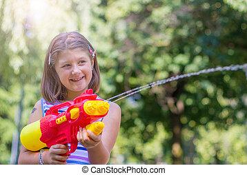 jour, eau, ensoleillé, girl, parc, peu, jouer, fusil
