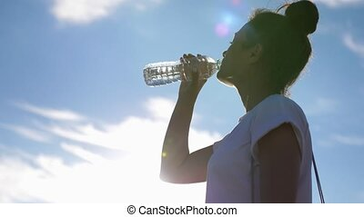 jour ensoleillé, clair, girl, leur, air, boisson, secouer, après, ouvert, chaud, sain, éteindre, water., sky., soif, bouteille, eau, boissons, contre, bleu, lifestyle.woman