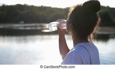 jour ensoleillé, girl, leur, air, boisson, secouer, après, ouvert, chaud, sain, éteindre, water., éclat, eau, soif, bouteille, eau, boissons, soleil, lifestyle.woman