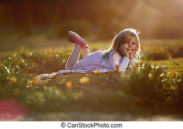 jour ensoleillé, les, petite fille, mensonges, herbe