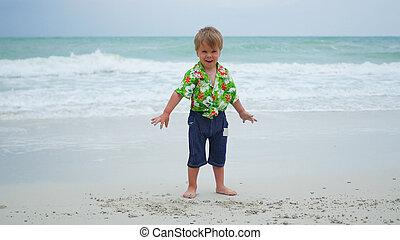 jour ensoleillé, sable, enfant, plage, jouer
