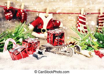jour férié christmas, monture, à, santa, vêtements, guirlande, rouges, présente, pose, dans, neige