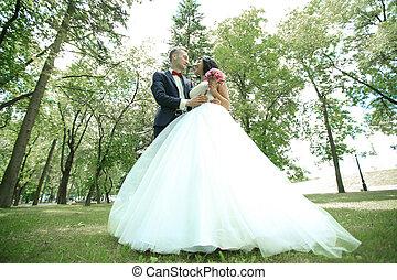 jour, heureux, ensoleillé, parc, nouveaux mariés