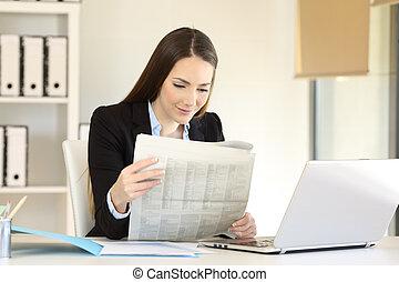 journal, femme affaires, lecture, bureau
