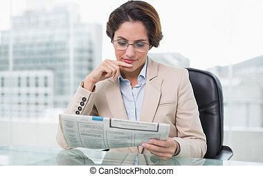 journal, femme affaires, lecture, elle, bureau