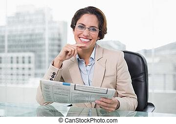 journal, femme affaires, tenue, elle, bureau