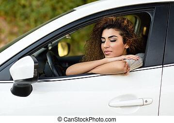 jovem, árabe, mulher, dentro, um, branca, car, com, olhos fecharam
