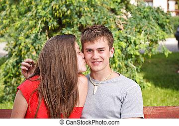 jovem, adolescente, mulher, beijando, namorado
