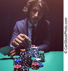 jovem, afortunado, jogador, com, cartões, e, chips.
