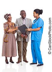 jovem, africano, enfermeira, conversa, par velho
