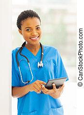 jovem, africano, enfermeira, usando, pc tabela