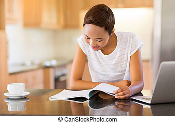 jovem, africano, faculdade, leitura menina, casa
