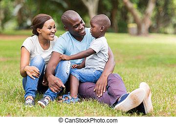 jovem, africano, família, sentando, ao ar livre