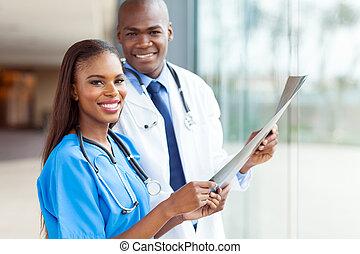 jovem, africano, médico, doutores