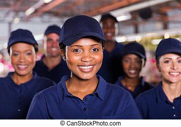 jovem, africano, trabalhador fábrica, com, colegas